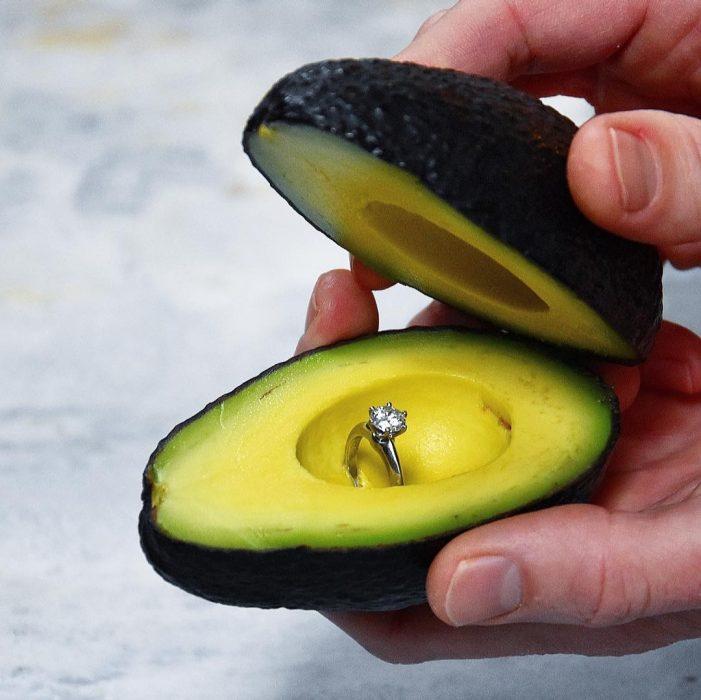 Aguacate con un anillo de matrimonio dentro de el