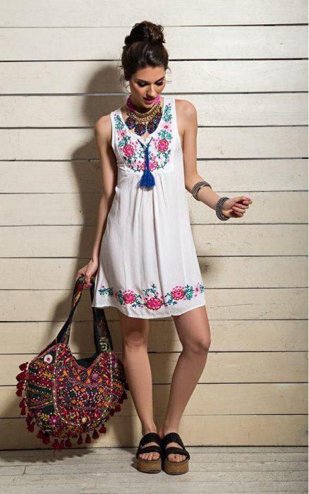 vestido blanco con bordados azules