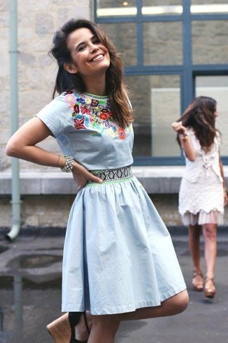 chica con vestido azul de mezclilla