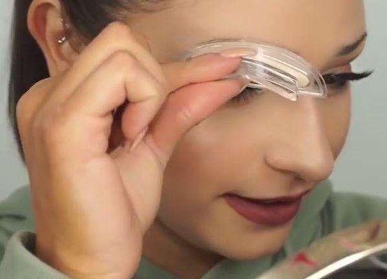 chica usando sello para cejas
