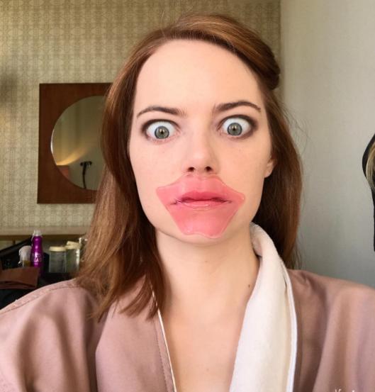 chica usando mascarilla para labios