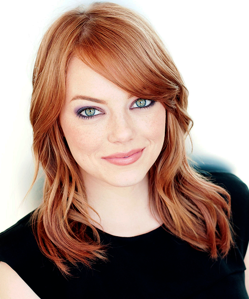 chica con cabello rojizo