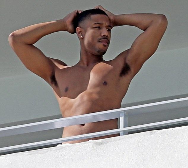 chico sin camisa asomándose por el balcón