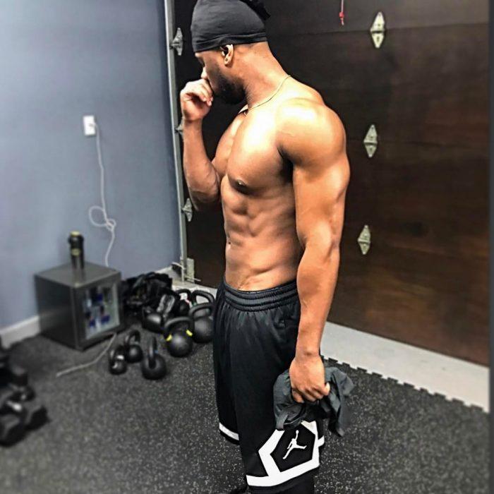 chico sin camisa haciendo ejercicio
