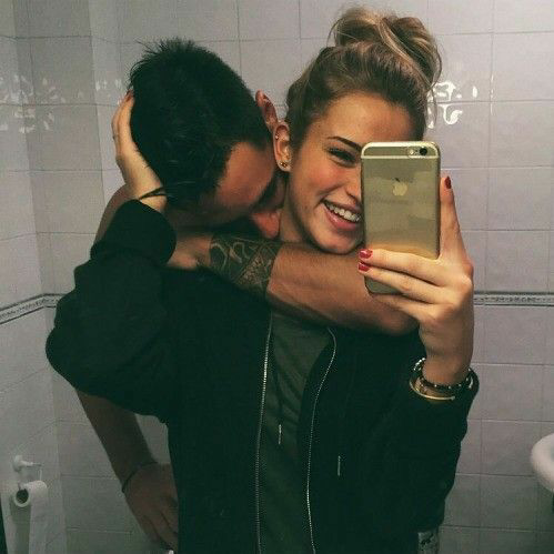 pareja de novios tomando una selfie