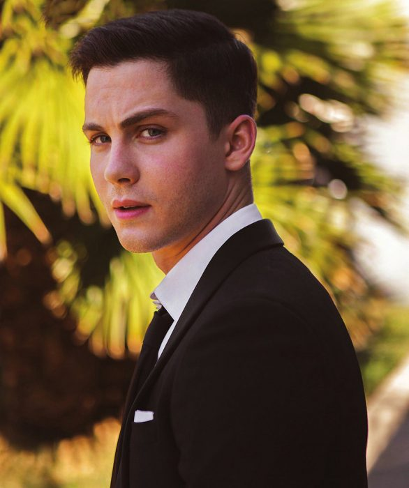 Actor Logan Lerman usando un traje de color negro