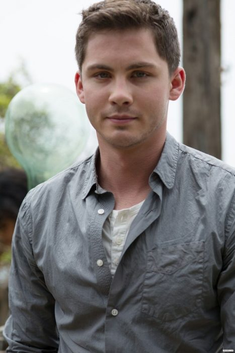 Actor Logan Lerman usando una camisa de color gris