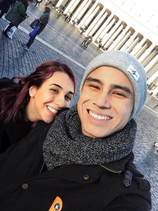 Pareja de novios sonriendo