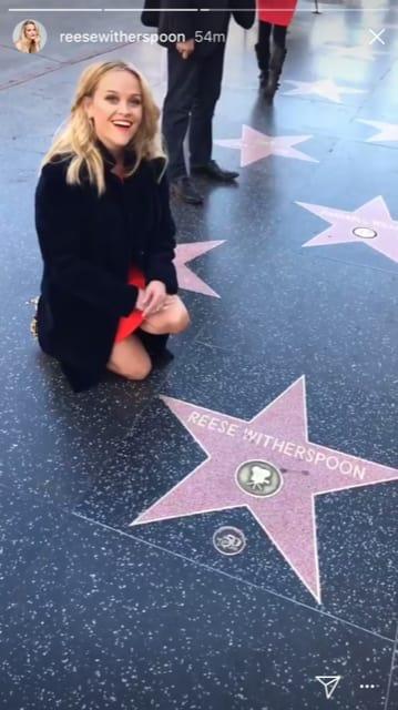 chica de rodillas frente a una estrella de color rosa