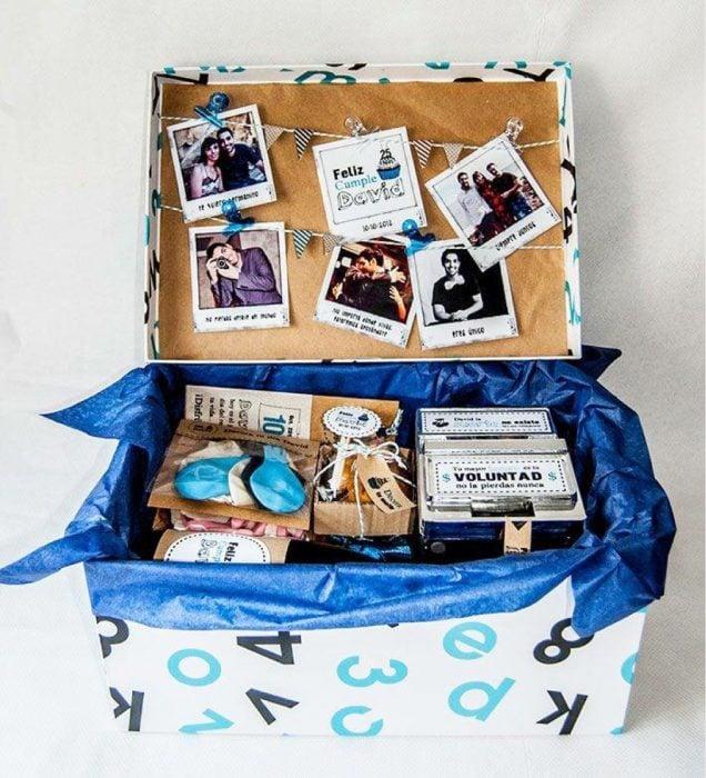 Caja con chocolates productos y fotografías para celebrar el 14 de febrero