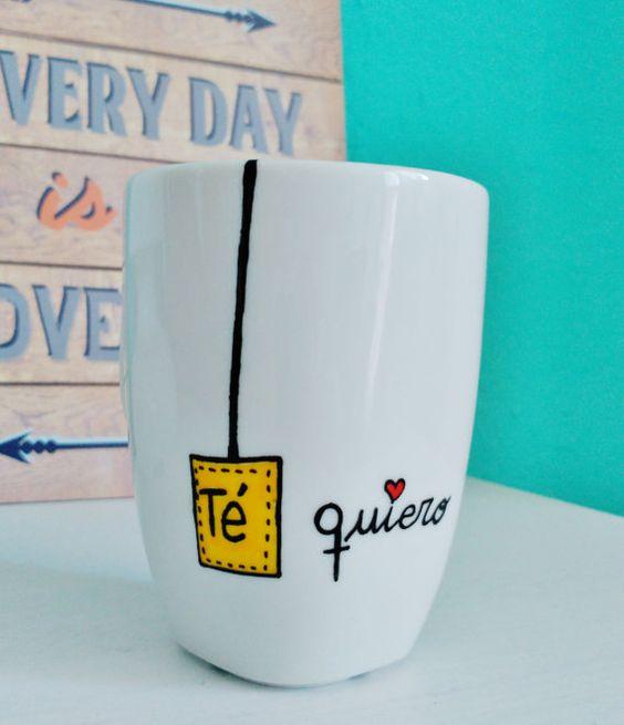 Taza con un grabado que dice té quiero
