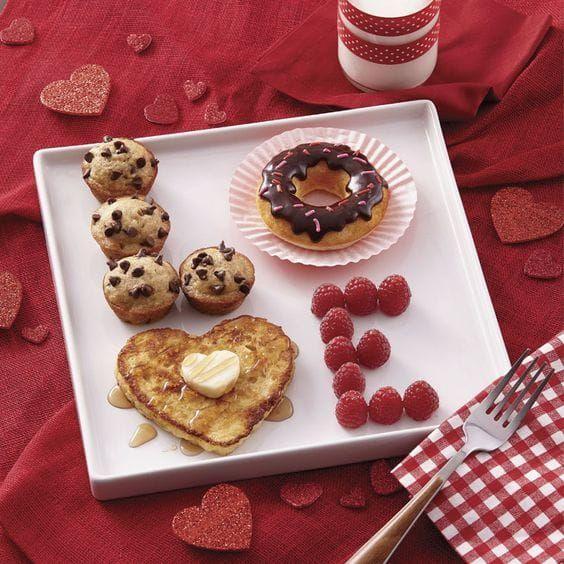 Desayuno para el 14 de febrero con panques, hotcakes y frutas