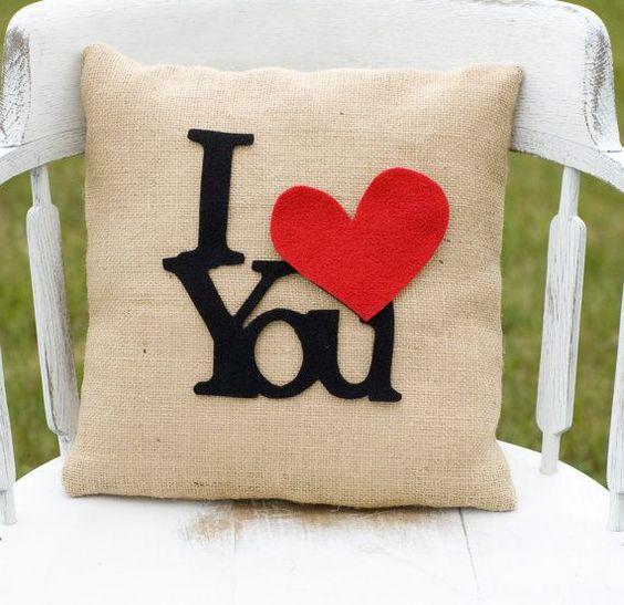 "Cojín que dice ""te amo"""