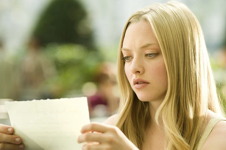 Escena de la película cartas a julieta, chica leyendo una tarjeta