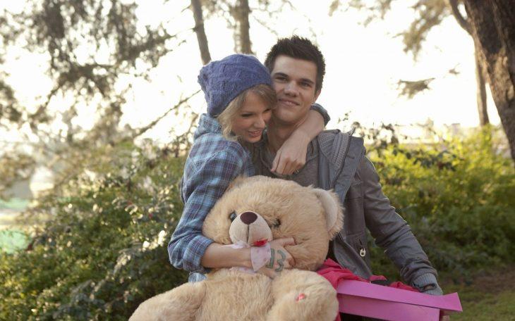 Escena de la película Dia de san valentin. Chica con un oso