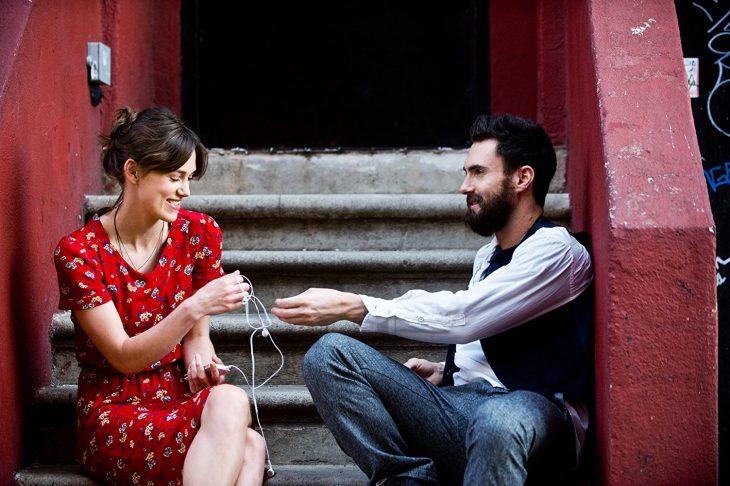 Escena de la película begin again, pareja escuchando musica