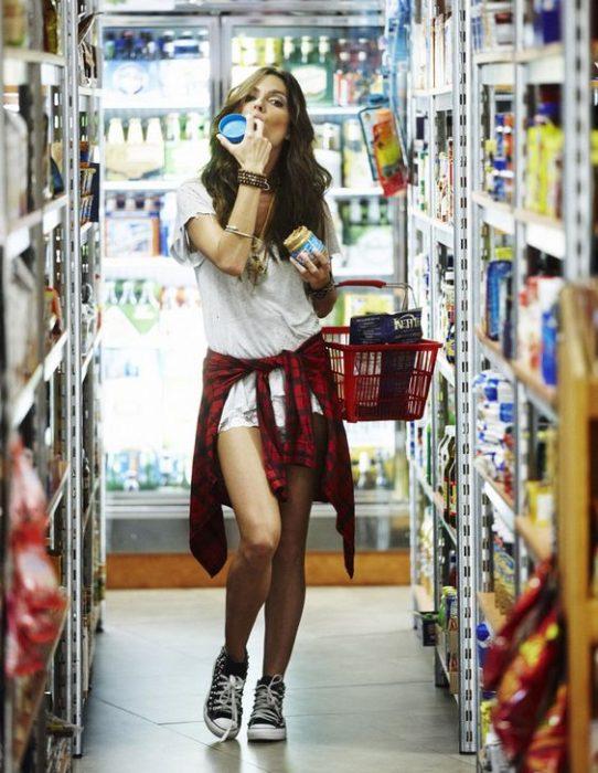 chica de compras en el supermercado
