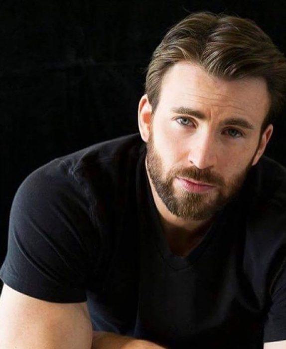 chico con barba d ecandado