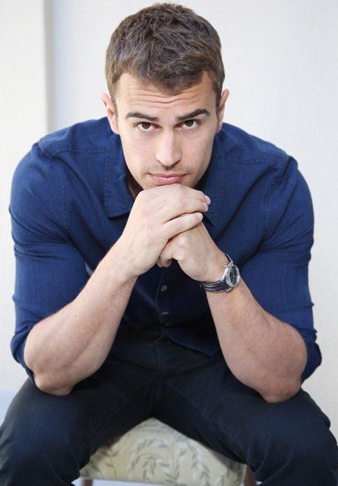 chico pensativo con camisa azul