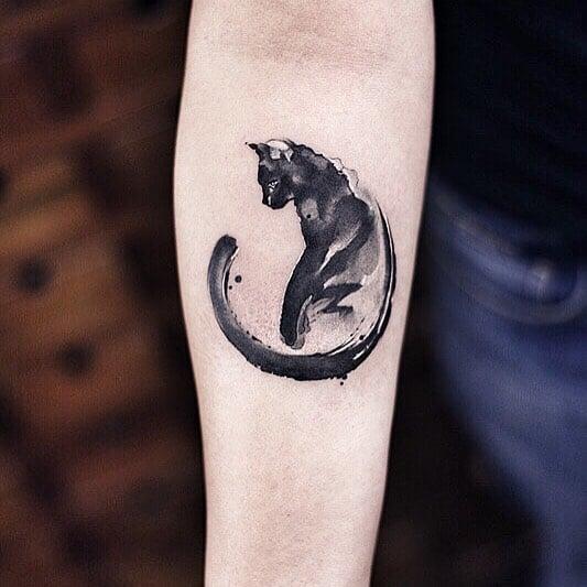 Tatuaje de acuarelas de Chen Ji en forma de gatito negro