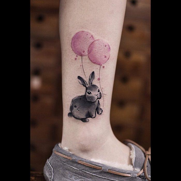 Tatuaje de acuarelas de Chen Ji en forma de conejito sujetando unos globos
