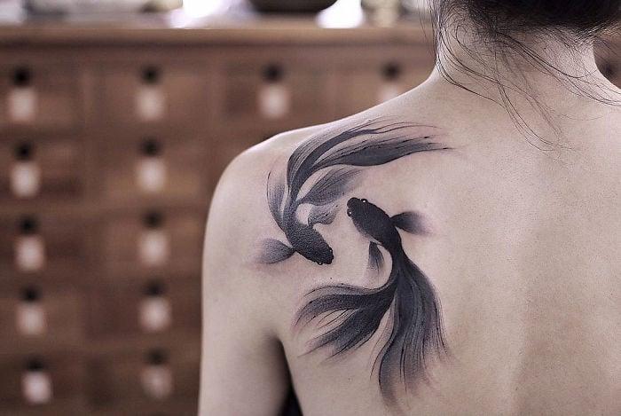 Tatuaje de acuarelas de Chen Ji en forma de peces beta
