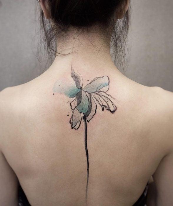 Tatuaje de acuarelas de Chen Ji en forma de flor azul