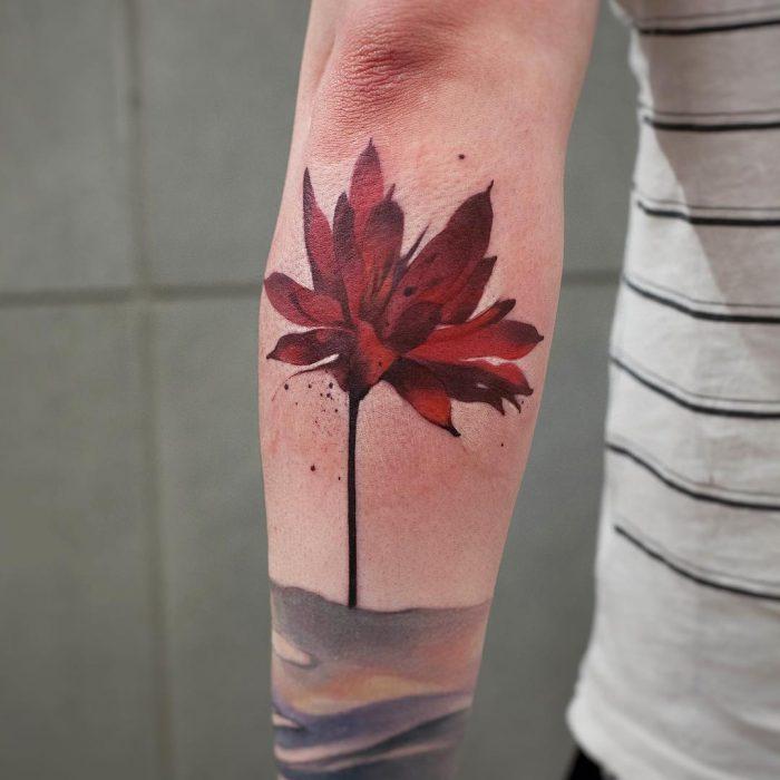 Tatuaje de acuarelas de Chen Ji en forma de flor de jamaica
