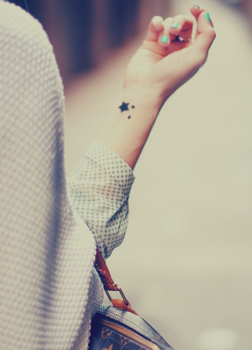 Chica con un pequeño corazón de tatuaje