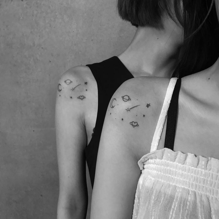 Chicas con un universo tatuado en el hombro