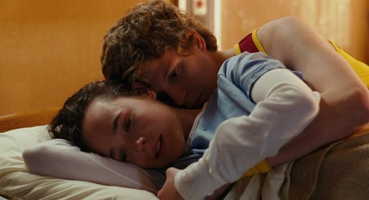 Escena de la película Juno. Protagonistas recostados en una cama