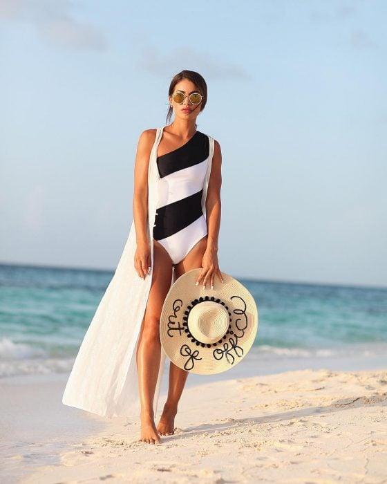 Chica usando un traje de baño de color blanco con negro