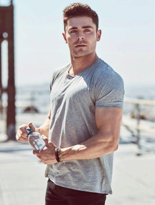 chico con botella de agua en mano