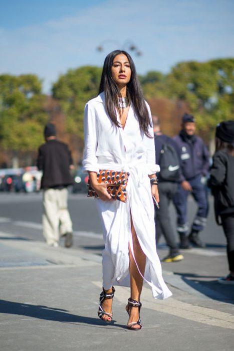 Chica usando un blusón blanco junto a unos zapatos de color rosa