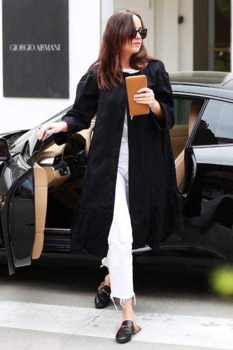 Chica usando unos zapatos gucci en color negro