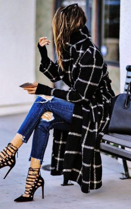 Chica usando unos zapatos en color negro con ataduras