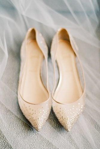 zapato con brillos dorados