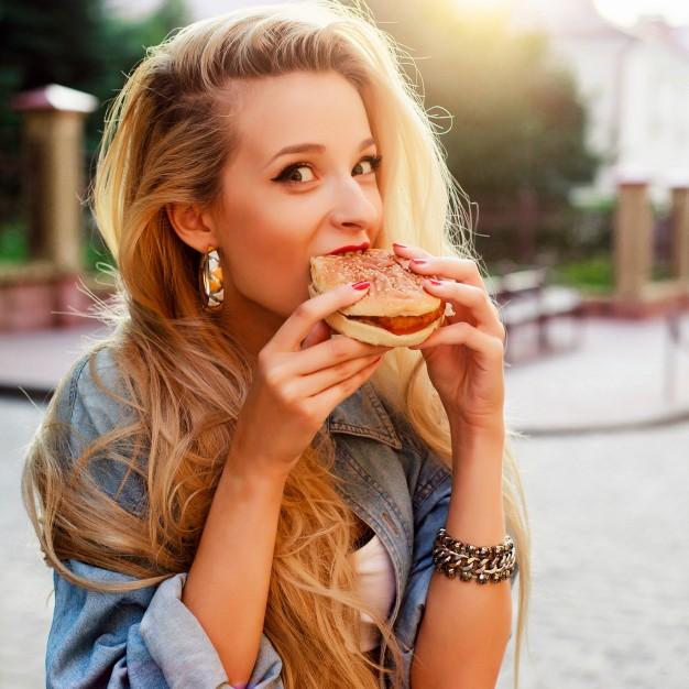 chica comiendo hamburguesa