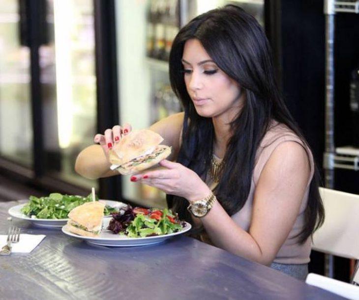 kim kardashian comiendo ensalada
