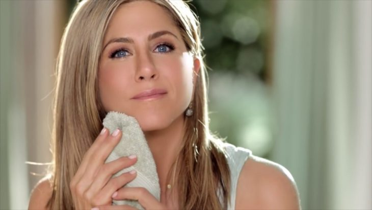 jennifer aniston limpiando rostro