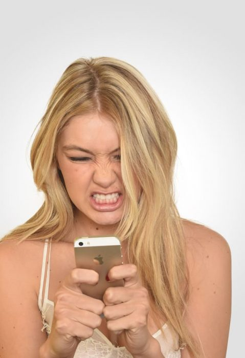 bella hadid enojada con celular