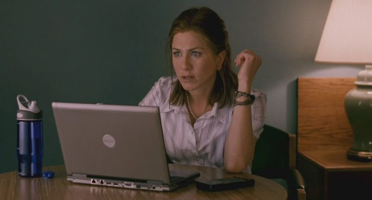 jennifer anniston con computadora