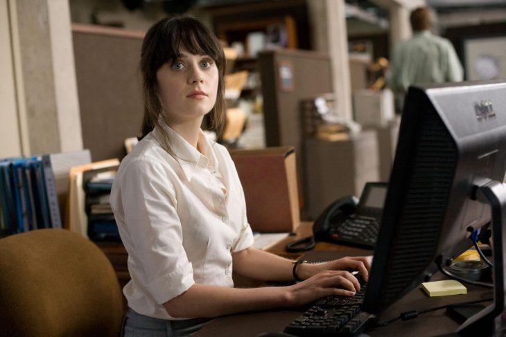 zooey deschanel con computadora