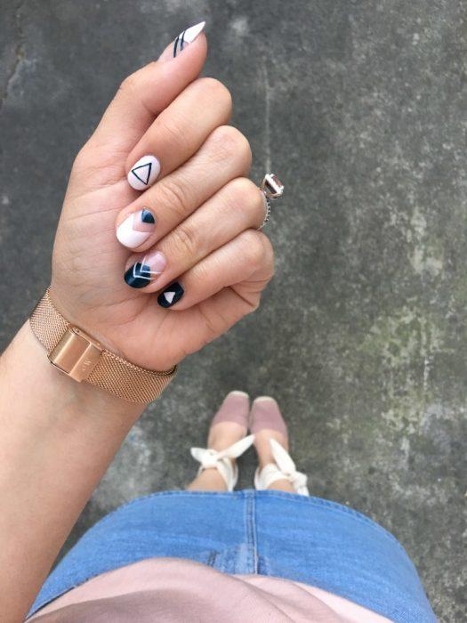 manicura de uñas con diseño blanco y negro