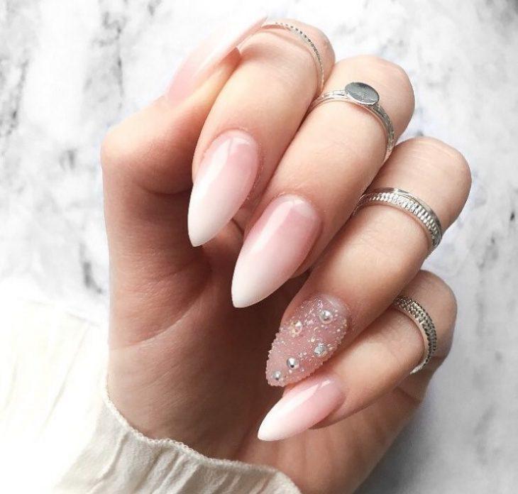uñas rosadas con piedras