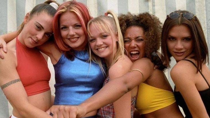mujeres con tops de colores girl band