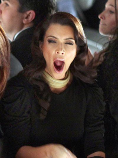 Kim kardashian bostezando