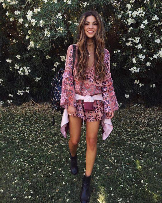 chica con vestido de flores y botines