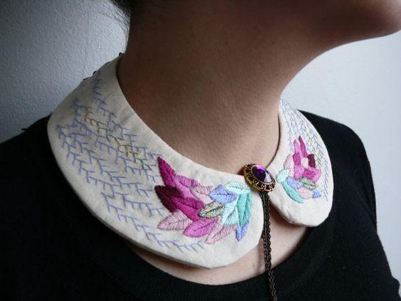 cuello bordado con plumas