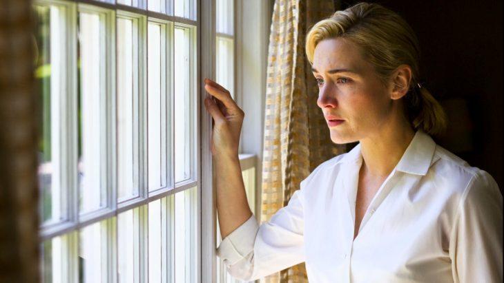 se aleja cuando te sientes triste Mujer mirando por la ventana triste